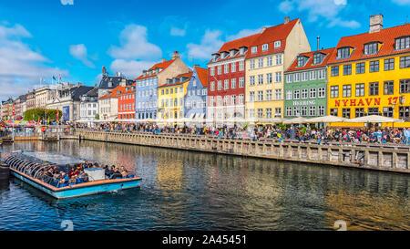 Copenhague, Danemark - septembre 21, 2019: front de Copenhague, canal et du quartier des divertissements de bordée par des 17e et 18e siècle