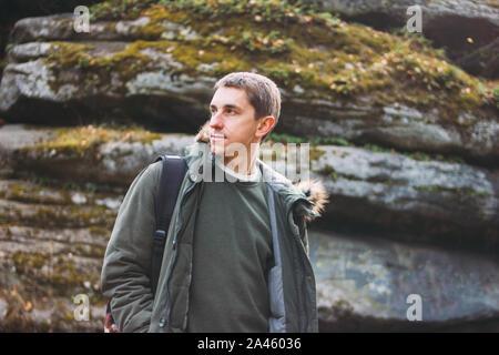 Portrait de jeune homme en veste parka kaki avec sac à dos, aventure voyage vie Banque D'Images