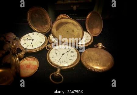 La vie encore d'une collection de montres de poche antique sur fond noir Banque D'Images