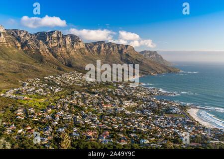 Camps Bay avec douze apôtres, dans l'avant-plan, Cape Town, Western Cape, Afrique du Sud Banque D'Images