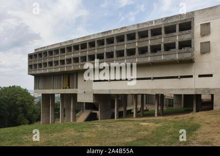 Monastère de Sainte Marie de La Tourette conçu par l'architecte suisse Le Corbusier (1959) de Éveux près de Lyon, France. Banque D'Images
