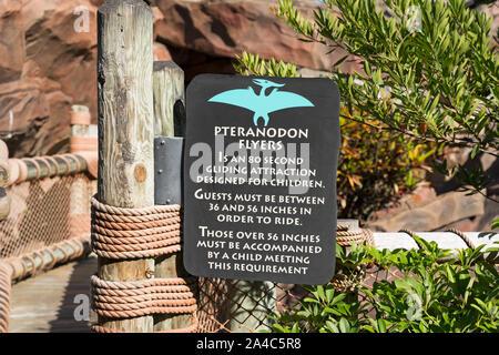 Pteranodon Flyers Kids Ride signe, à l'intérieur du camp du Jurassique, Islands of Adventure, le complexe Universal Studios Orlando, Floride, USA Banque D'Images