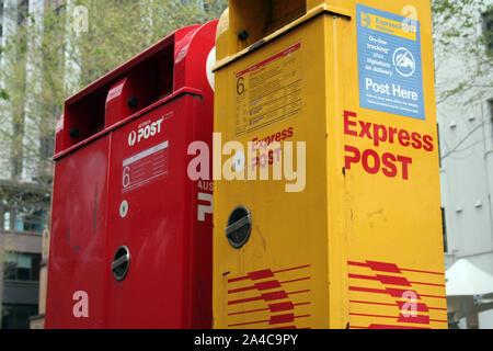 Côté rue, les boîtes de messagerie d'Australia Post dans la ville de Sydney, Australie. Le rouge pour le courrier normal et jaune pour post express (la nuit) Banque D'Images