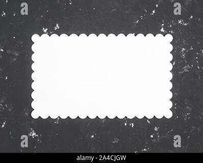 Nom blanc plaque pour copier l'espace sur un fond en béton noir