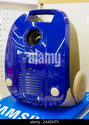 Aspirateur bleu. au comptoir du magasin. se tiennent sur une étagère d'un magasin. Banque D'Images