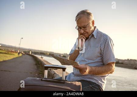 Outdoor portrait of senior man qui est en visite de la ville.