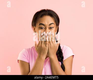 Vraiment?! Choqué girl couvrant la bouche avec les mains Banque D'Images