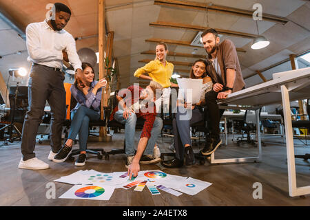 Les concepteurs professionnels travaillant sur le projet in office Banque D'Images