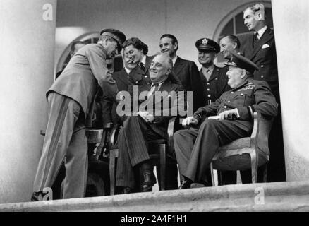 Winston Churchill à la Conférence de Téhéran. Staline, serre la main avec Sarah Churchill tandis que Roosevelt et son père et Anthony Eden. Banque D'Images