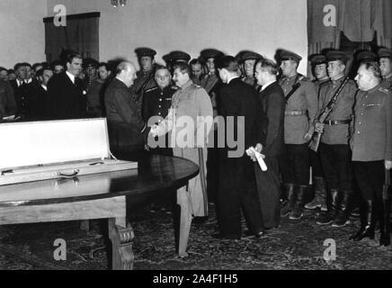 Churchill, serre la main avec Staline vu par Eden et Molotov. Il présente une épée d'État par le roi George V1 pour les habitants de Stalingrad Banque D'Images