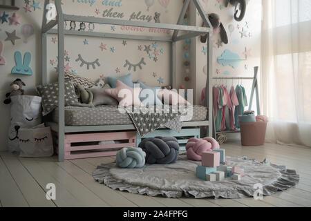 Intérieur d'une chambre d'enfants avec un socle et les jouets. Des couleurs pastel, design moderne. Banque D'Images