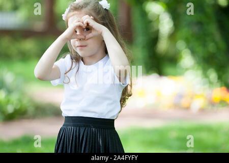 Une jolie petite fille d'avoir le temps de qualité dans la nature. Banque D'Images