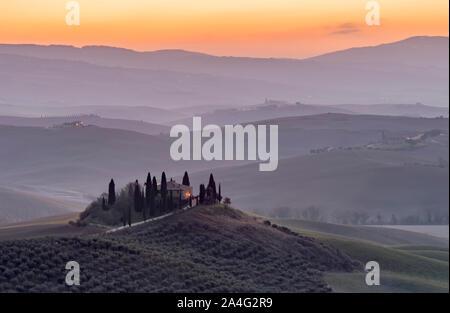 La campagne toscane, dans la province de Sienne enveloppé de brume du matin avant l'aube d'un jour nouveau Banque D'Images