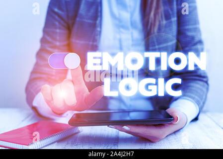 Main conceptuel écrit, indiquant l'émotion de la logique. Sens Concept coeur ou du cerveau ou l'intelligence de l'âme de la confusion du concept d'entreprise Équilibre égal avec les Banque D'Images