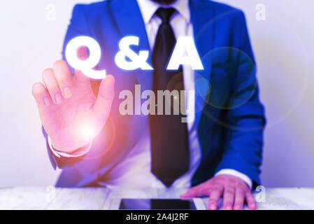 Texte de l'écriture écrit Q et R. photo conceptuelle dans la définition des questions posées et réponses Businessman avec doigt en face de lui Banque D'Images