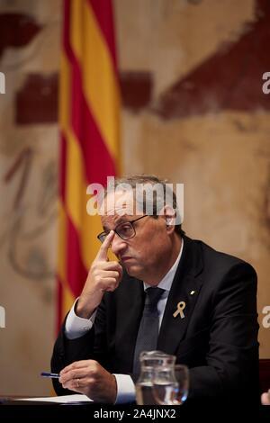 """Barcelone, Espagne. 15 Oct, 2019. Le Président régional catalan Quim, Torra, préside un Conseil extraordinaire rencontre de Barcelone, Espagne, 15 octobre 2019. La réunion intervient un jour après que la Cour suprême a annoncé la sentence contre les dirigeants politiques catalans accusés dans le procès des """"proces qui a provoqué une montée subite énorme de personnes prenant les rues en Catalogne et a donné lieu à plus de 130 personnes blessées et l'effondrement de l'aéroport El Prat. L'EFE/ Alejandro Garcia Crédit: EFE News Agency/Alamy Live News Banque D'Images"""