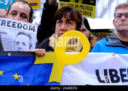 Bruxelles, Belgique. 15 Oct, 2019. Les gens se rassemblent pour protester en réaction à l'emprisonnement des politiciens à l'avant du siège de l'UE. Credit: ALEXANDROS MICHAILIDIS/Alamy Live News Banque D'Images