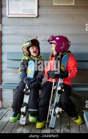 Frère et soeur dans skiwear