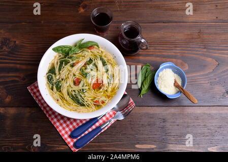 Assiette de soupe avec des tomates cerises et pecorino sur la table Banque D'Images