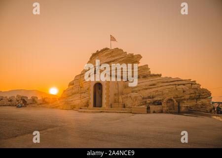 Rock avec chapelle à Agia Sostis. Baie de Laganas, l'île de Zakynthos, Grèce. Au lever du soleil au cours de l'été pleine saison de vacances. Banque D'Images