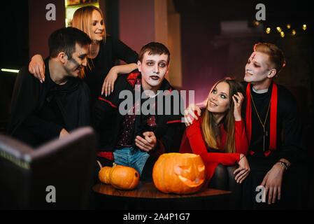 Groupe de cinq amis célébrer Halloween dans un café Banque D'Images