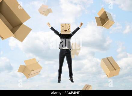 Businessman porte fort sur sa tête avec drôle de visage, des ascenseurs Haut les mains et s'envoler Banque D'Images