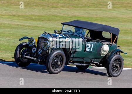 1927 Bentley 4.5 litre Le Mans pendant la course pour le Trophée de Brooklands avec chauffeur Theo Hunt au Goodwood Revival 2019, Sussex, UK. Banque D'Images