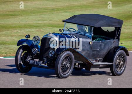 1927 Bentley 4.5 litre Le Mans pendant la course pour le Trophée de Brooklands avec chauffeur Julian Majzub au Goodwood Revival 2019, Sussex, UK. Banque D'Images
