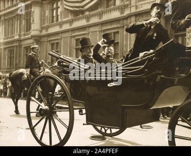 Theodore Roosevelt équitation dans Open Transport avec New York City maire William Gaynor et de Cornelius Vanderbilt durant son retour à la réception après son voyage à l'étranger, New York City, New York, USA, 1910 Banque D'Images