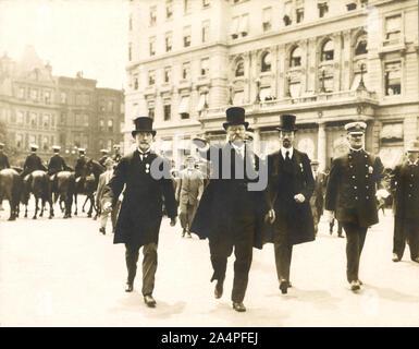 Theodore Roosevelt marcher dans le défilé avec New York City maire William Gaynor et de Cornelius Vanderbilt durant son retour à la réception après son voyage à l'étranger, New York City, New York, USA, 1910 Banque D'Images