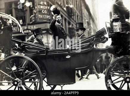 Theodore Roosevelt debout dans le chariot avec son chapeau Tipped tandis que la ville de New York Le maire William Gaynor et de Cornelius Vanderbilt rester assis durant son retour à la réception après son voyage à l'étranger, New York City, New York, USA, Juin 1910 Banque D'Images