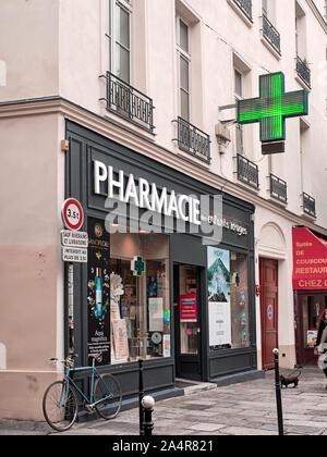 L'emblématique néons verts connu sous le signe de la Croix verte indique une pharmacie en France, le rendant plus facilement Banque D'Images