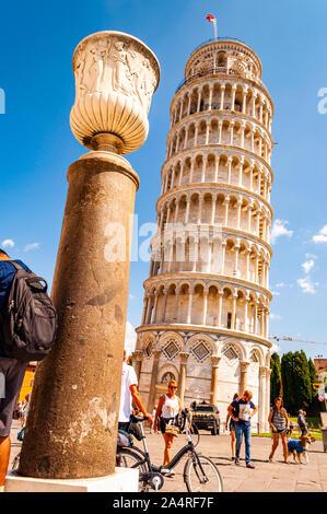 Pise, Italie - Septembre 03, 2019 point de vue: vue sur la célèbre Tour de Pise ou La Torre di Pisa à la place de la cathédrale, la Piazza d Banque D'Images