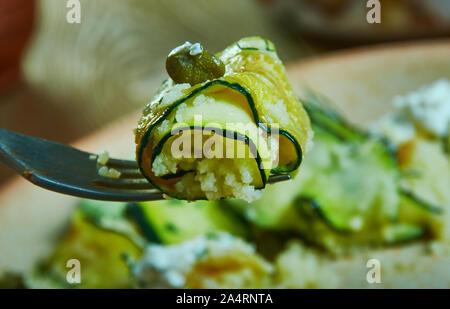 Herby Couscous courgette farcie rouleaux, la cuisine méditerranéenne Banque D'Images