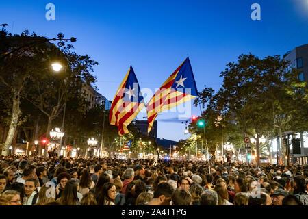 Barcelone, Espagne. 15 Oct, 2019. Indépendance deux drapeaux sont vus au-dessus d'une foule de manifestants lors de la manifestation. Deuxième jour de l'indépendance de protestations après les arrêts de la Cour suprême. Des milliers de personnes concentrées à Barcelone près du siège de la délégation du Gouvernement Espagnol en Catalogne. Les manifestations étaient pacifiques mais effectivement convocation terminé avec de lourdes charges de la police et des barricades en feu. Credit: SOPA/Alamy Images Limited Live News Banque D'Images
