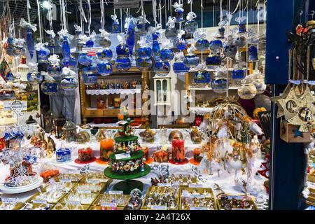 Austria-Linz - décembre 6, 2018: artisan artisanal en cristal blanc bleu et or boules de verre peints argent ornements décorations à suspendre le Christ Banque D'Images