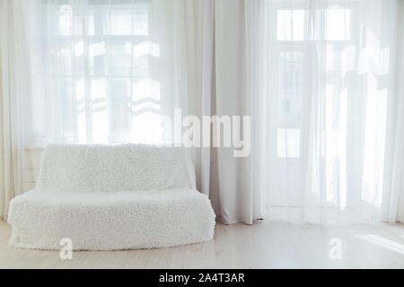 Canapé blanc à l'intérieur d'une chambre blanche vide Banque D'Images
