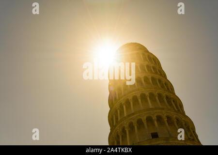 Vue en contre-jour de la Tour de Pise, le clocher autoportant de la cathédrale de Santa Maria Assunta à Piazza dei Miracoli, Toscane, Italie Banque D'Images