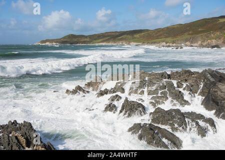 Briser la mer sur des roches sur estran, Woolacombe, vue de morte à côté Point Mortehoe, vagues Banque D'Images
