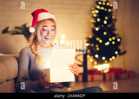 Miracle de Noël. L'ouverture de boîte-cadeau femme surprise Banque D'Images