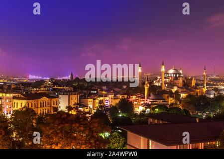 Sainte-sophie et le pont sur le Bosphore de nuit. Istanbul, Turquie Banque D'Images