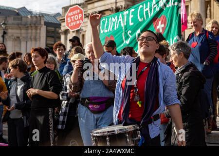 Trafalgar Square, Londres, Royaume-Uni. 16 Oct 2019. Rébellion d'extinction du tambour pour le démonstrateur joue les foules à Trafalgar Square Londres, 16 octobre 2019 Credit: Ricci Fothergill/Alamy Live News Banque D'Images