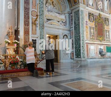 Deux femmes prient dans la Basilique St Jean de Latran à Rome, Italie Banque D'Images
