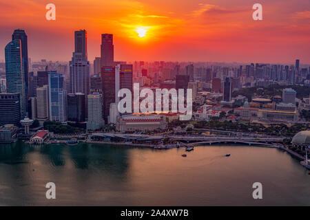 Le centre-ville de Singapour au coucher du soleil. Vue du haut de la Marina Bay Sands Hotel, Singapore.