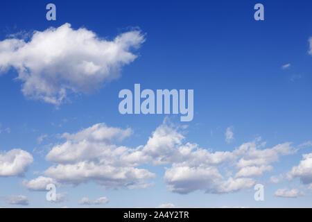 Ciel bleu, blanc ciel nuage nuages cumulus boursouflé Banque D'Images
