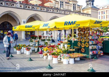 Magasin de vente de fleurs aux touristes situé au centre de la place principale de la ville dans la vieille ville de Cracovie, Pologne Banque D'Images