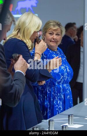 La princesse METTE MARIT de Norvège (à gauche) et Erna Solberg, (Premier Ministre de la Norvège) tester des échantillons de l'odeur incommodante et histoires courtes sur la table dans la pension de la Norvège, le Buste, le geste, l'odorat, le silence invisible est une collaboration de Sissel Tolaas (non représenté) et Erling Kagge (pas sur la photo) pour la Norvège a invité d'honneur du pavillon. Sur l'une des tables dans le pavillon 22 odeurs et 22 nouvelles sont présentées, qui ont été créés par l'artiste et chercheur odeur Sissel Tolaas et l'écrivain et éditeur Erling Kagge. Présentation du Pavillon de la Norvège de l'invité d'Honneur Banque D'Images