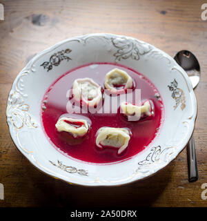 Bortsch aux quenelles - soupe maison pour Noël en Pologne Banque D'Images