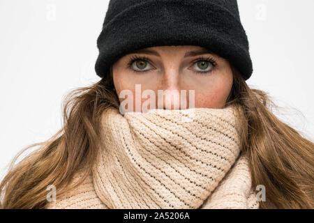 Portrait de femme enveloppée dans une écharpe, et avait d'hiver en laine d'hiver froid à porter Banque D'Images