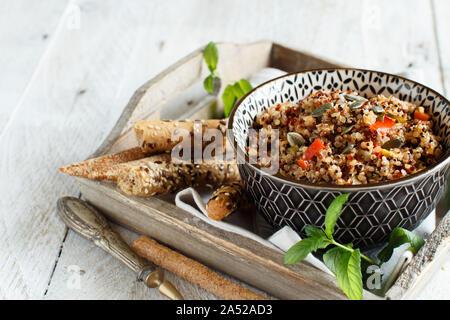 Ragoût de légumes et Quinoa tricolore dans un bol haut afficher Banque D'Images